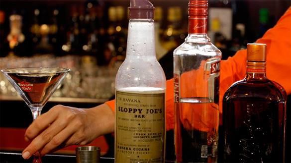 Французский бармен осужден за то, что позволил клиенту, умершему на следующий день, выпить 56 шотов. в баре