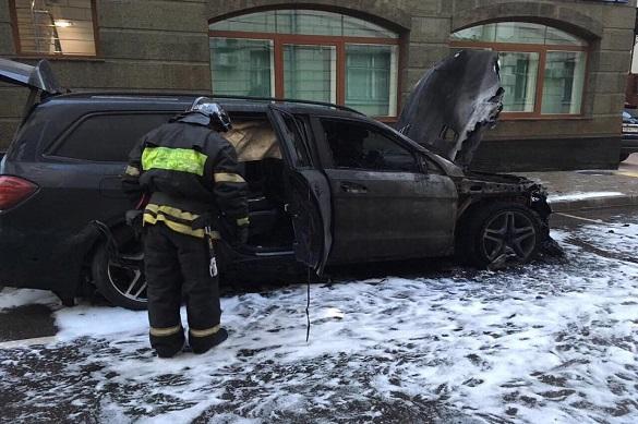 """Противники """"Матильды"""" сожгли машины у офиса адвоката Учителя. Противники Матильды сожгли машины у офиса адвоката Учителя"""