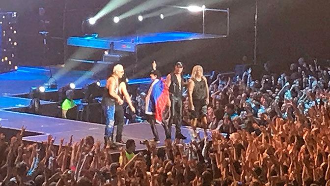 Scorpions покорили зрителей, подняв российский флаг на концерте в Питере. Видео. Scorpions покорили зрителей, подняв российский флаг на концерте
