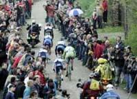На знаменитой велогонке мотоциклист наехал на зрителей