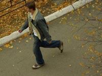 Ученые выяснили, почему человек машет руками при ходьбе