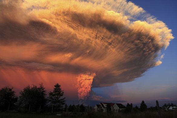 Вулкан Ключевский извергает лаву