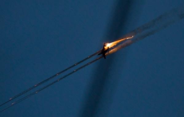 Ополченцы сбили украинский самолет и вертолет. Сбитый самолет в падении