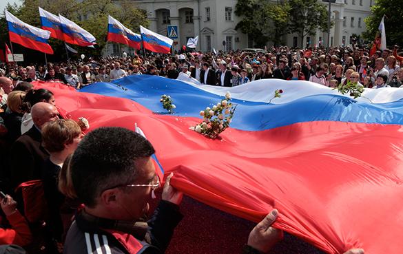 Китай: Запад уже не сможет распропагандировать россиян на революцию. россияне, флаг россии, митинг, шествие