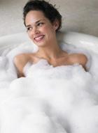 В состав пен для ванн, помимо пенообразующих веществ, также