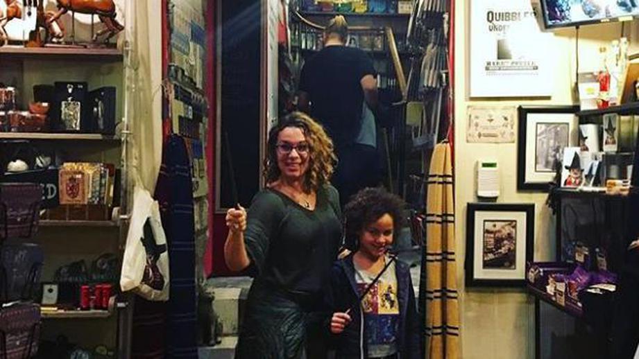 """В Эдинбурге открылся магазин """"Гарри Поттер"""" с """"магическими"""" товарами из романа. В Эдинбурге открылся магазин Гарри Поттер с магическими това"""