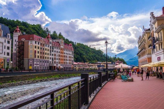 В Сочи из отелей и гостиниц начали выселять туристов. Сочи