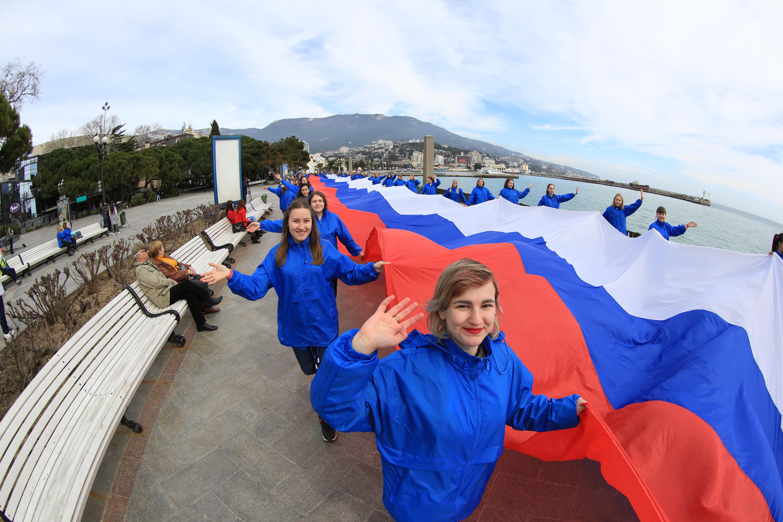 В Ялте прошел флешмоб с поздравлением Владимира Путина. 384698.jpeg