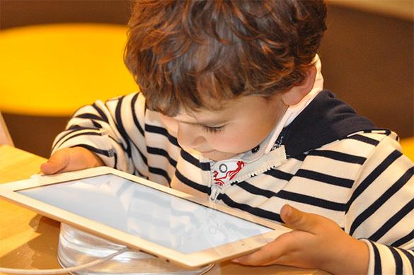 Английские ученые назвали главную опасность увлечения детьми планшетами и телефонами