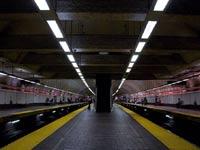 Пьяная пассажирка выжила, упав на рельсы перед поездом метро