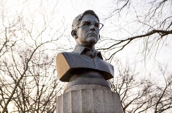 Монумент в честь Эдварда Сноудена снесли в нью-йоркском парке. ВИДЕО. Монумент в честь Эдварда Сноудена