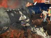 Небольшой самолет упал на жилые дома в Дели (+фото). plane