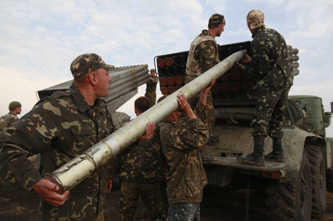 Украинская армия срочно эвакуирует свой штаб из Дебальцево. Солдаты заряжают РСЗО Град