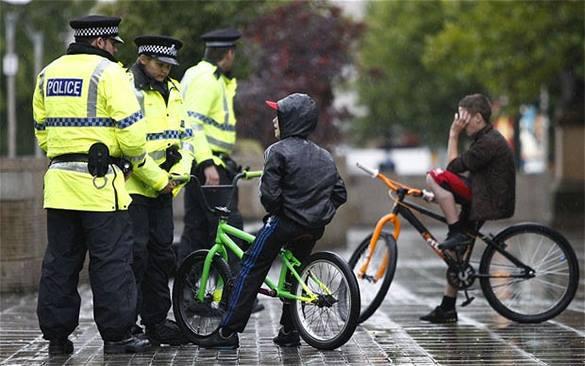 Полиция обыскивает пятилетних: вдруг прячут оружие и ножи?. Британская полиция и дети