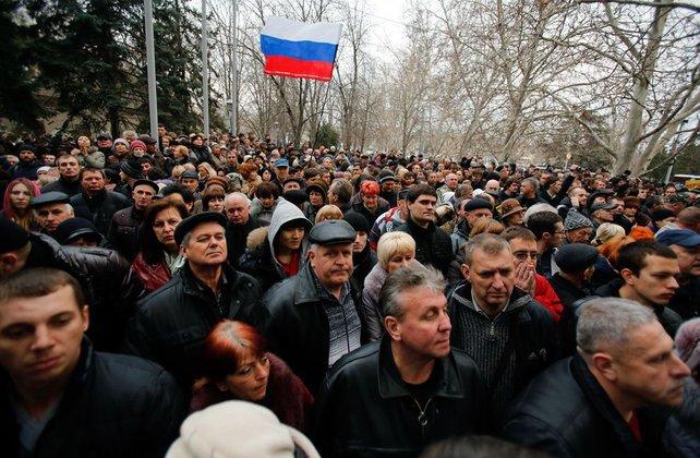 Протестующие вывесили на здании горадминистрации в Луганске флаг РФ. 289712.jpeg