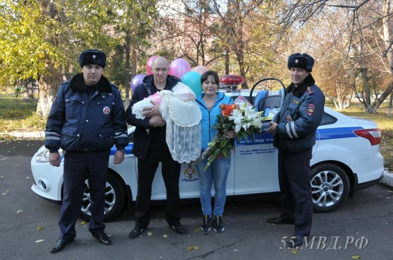 """Полицейские спасли омичку, которая рожала на """"трассе смерти"""". Полицейские спасли омичку, которая рожала на трассе смерти"""