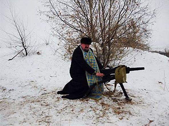 Закарпатский епископ развлекается, фотографируясь с оружием в зоне силовой операции. 307716.jpeg