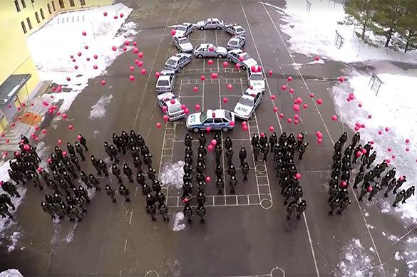 Гаишники провели праздничный флешмоб к 8 марта на машинах с миг