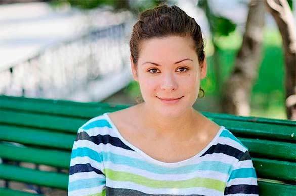 Мария Гайдар на скамье в парке