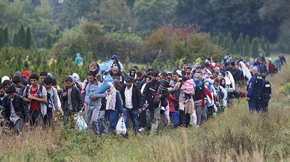 толпа беженцев по полям