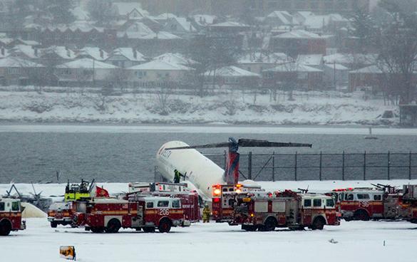 Пассажирский лайнер в аэропорту Нью-Йорка выкатился за взлетную полосу. самолет, авиалайнер, авария