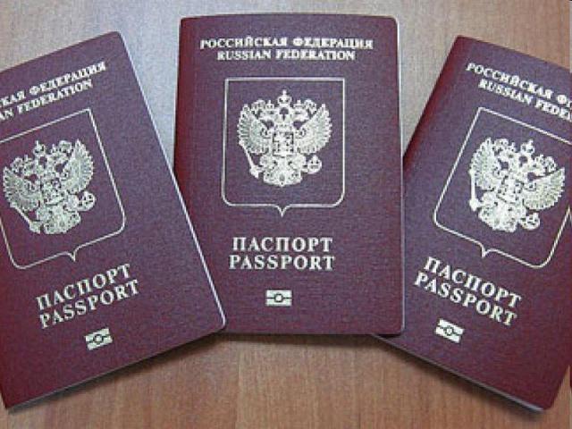 Жители Крыма начинают получать российские загранпаспорта. 301736.jpeg