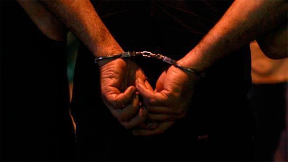 наручники на преступнике