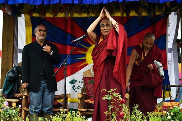 Далай-лама затмил Pussy Riot на фестивале в Гластонбери. Далай-лама на рок-фестивале