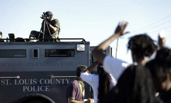 Бунтующие американцы начинают жечь флаги США. Идут массовые аресты. В США начали жечь флаги из-за дела Майкла Брауна