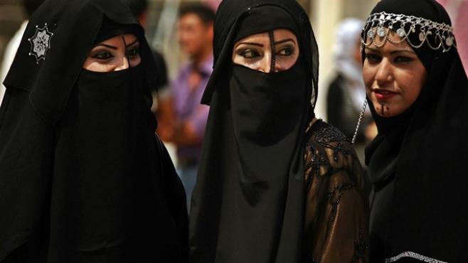 Арабским женщинам позволено водить грузовики и мотоциклы. Арабским женщинам позволено водить грузовики и мотоциклы