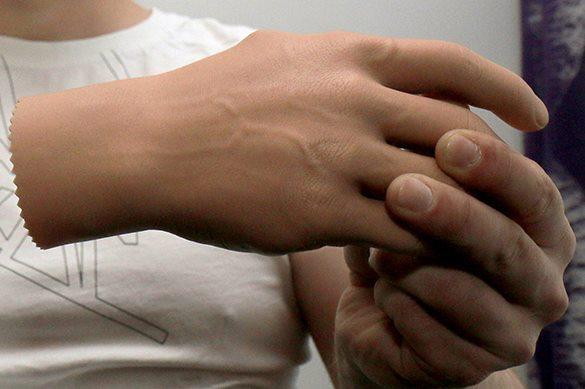Создан маленький бионический протез руки для женщин.