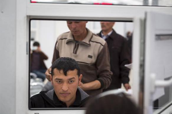 Москва и Душанбе готовят соглашения об улучшении условий пребывания мигрантов в России.