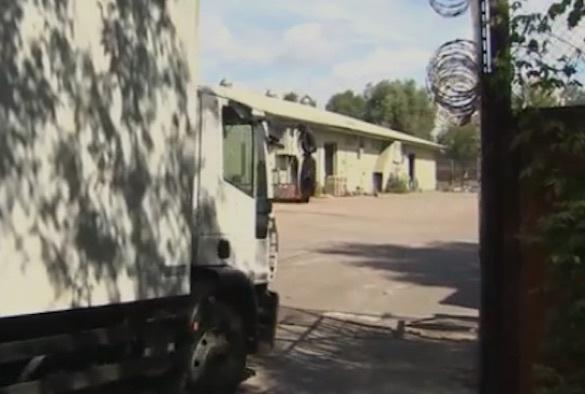 Со склада американского посольства в Москве грузовиками вывозят вещи. 372757.jpeg