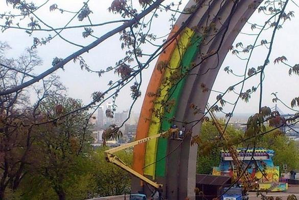 В Киеве активисты не дали покрасить арку Дружбы народов в цвета