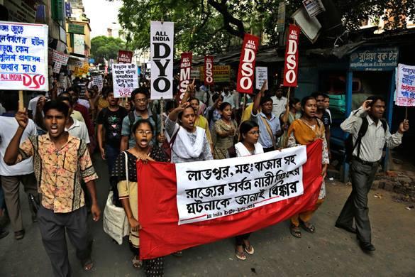 Среди подозреваемых в групповом изнасиловании и убийстве индийских девочек двое полицейских. Групповое изнасилование в Индии