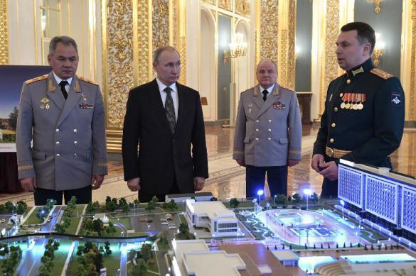 Путину показали макет военного технополиса с плакатом о Путине. Путину показали макет военного технополиса с плакатом о Путине