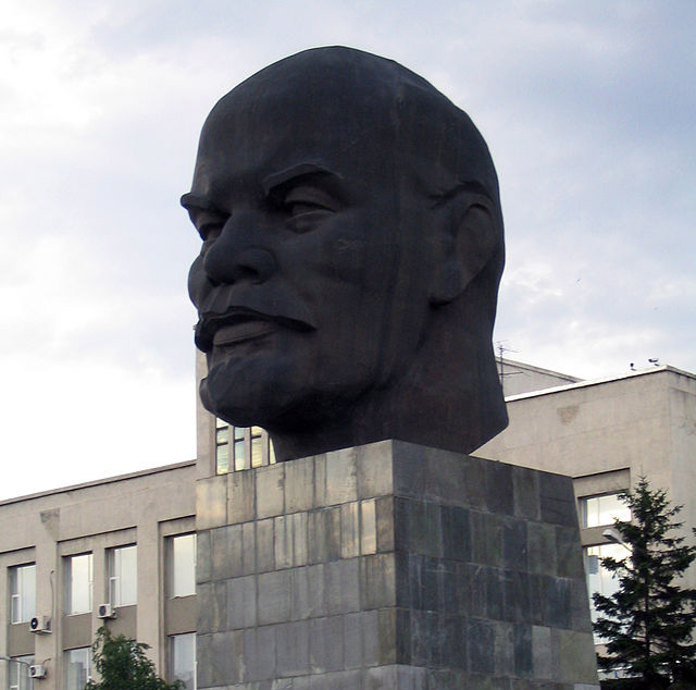 Самую большую голову Ленина к холодам укроют шапкой. Ленин