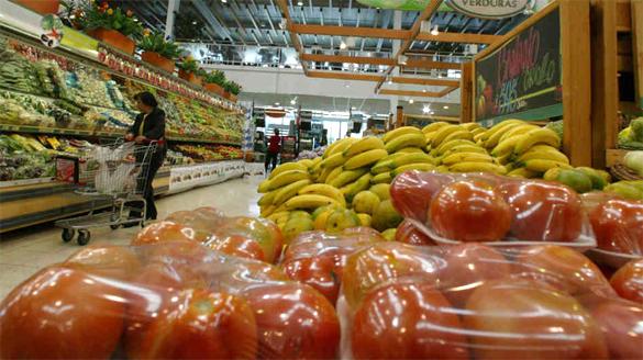 помидоры и бананы в магазине