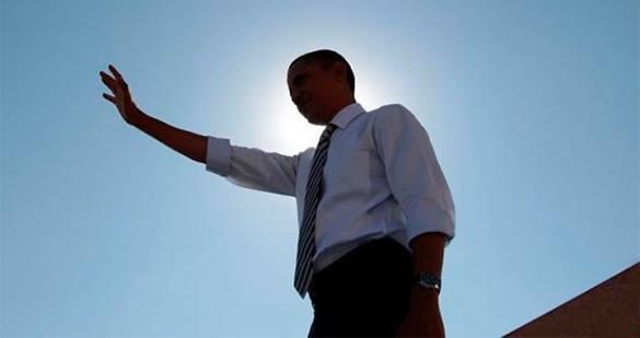 Обама с поднятой рукой