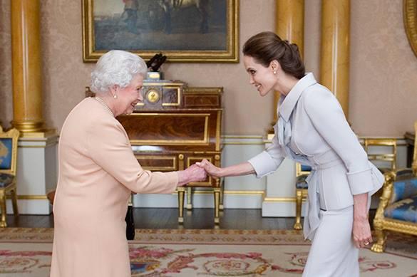 Елизавета Вторая сделала Анджелину Джоли