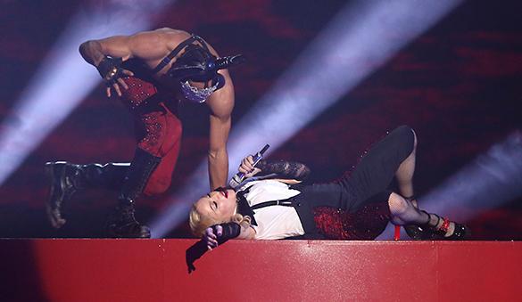 Опубликовано видео падения Мадонны со сцены. Мадонна на музыкальной церемонии Brit Awards