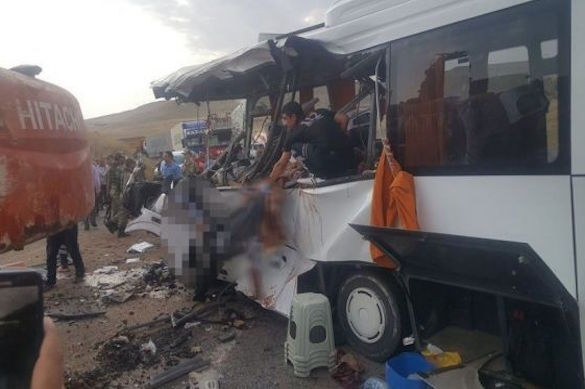 ВТурции погибли семь человек после падения экскаватора наавтобус
