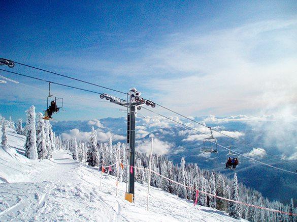 На главном горнолыжном курорте Украины произошло ЧП. На курорте Буковель ель упала на лыжный подъемник