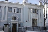 Эстонец приковал себя наручниками к посольству в Москве