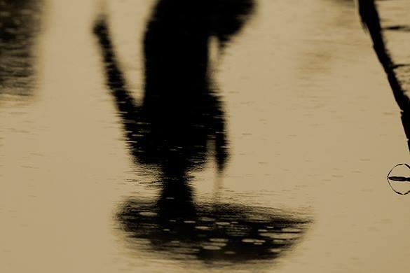 отражение с зонтом в луже, осадки