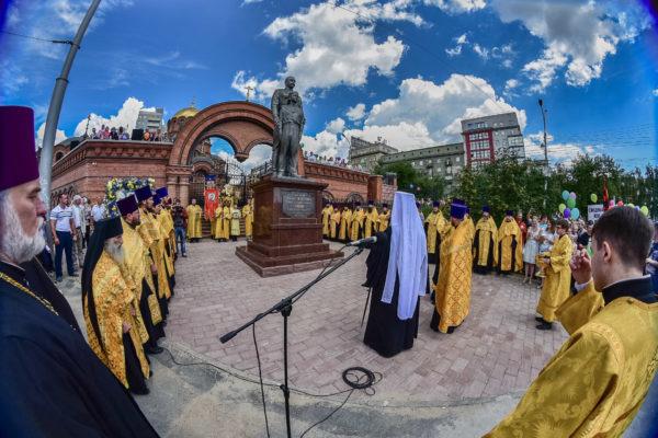 Житель Новосибирска зарубил памятник Николаю II