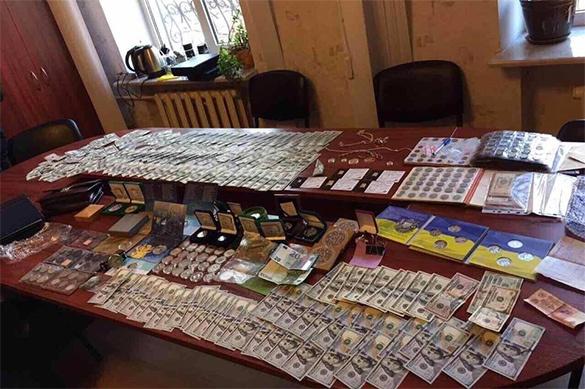 Начальник полиции Шостки хранил золотые слитки, оружие и флаг Р
