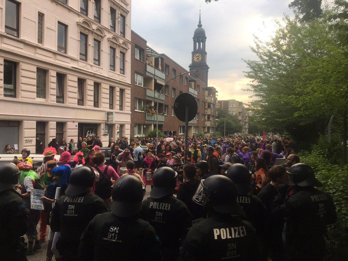 ВГамбурге перед саммитом G20 произошли столкновения между демонстрантами иполицией