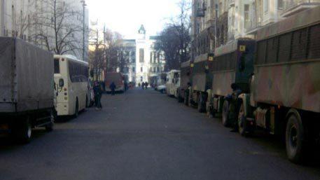 Под стены администрации Порошенко стянута военная техника