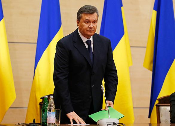 Экс-премьер Украины: Януковичу готовили судьбу Каддафи. Виктор Янукович между флагами Украины